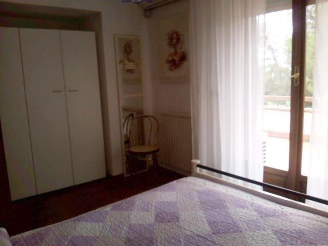 camera da letto 2 con uscita sul terrazzo