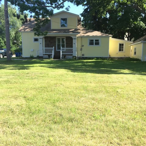 North side Manistee bungalow 3/4 mile to beach!!!