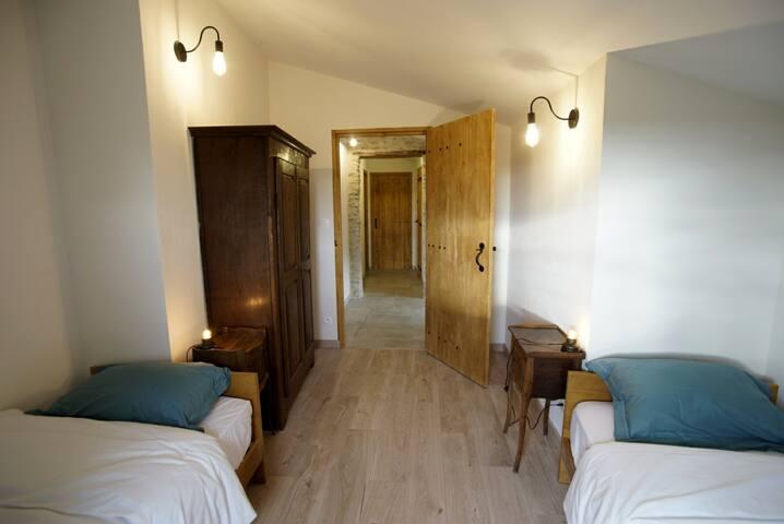 Une chambre (possibilité de joindre les lits)