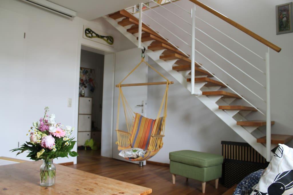 Das Schlafzimmer und das Wohnzimmer sind über eine Treppe verbunden.