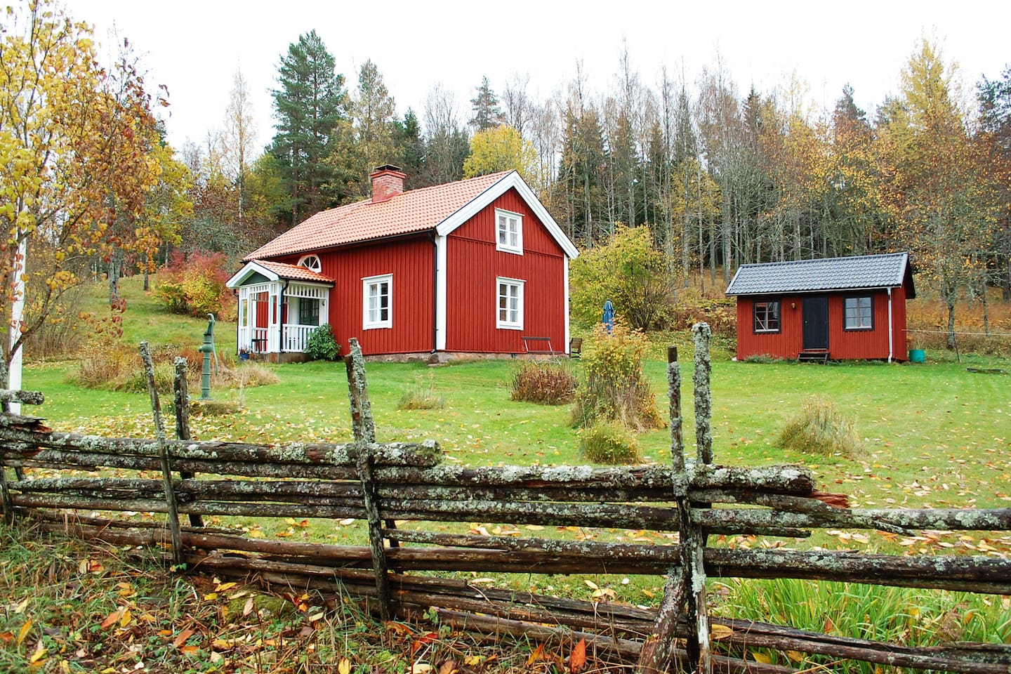 Nice cottage near lake Tången with guesthouse