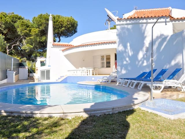 Walking distance to the centre 4 bed. private pool