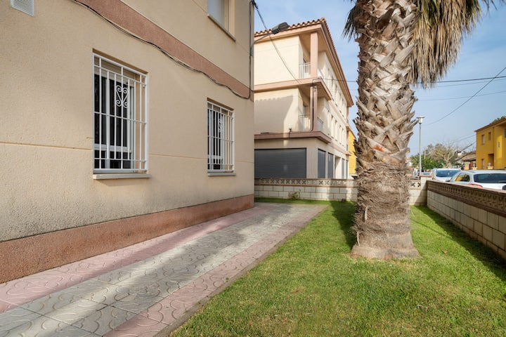 Homely Apartment in Sant Pere de Pescador with airconditioning and beach nearby!