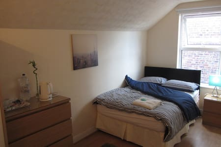 clean and bright room in Hale - Altrincham