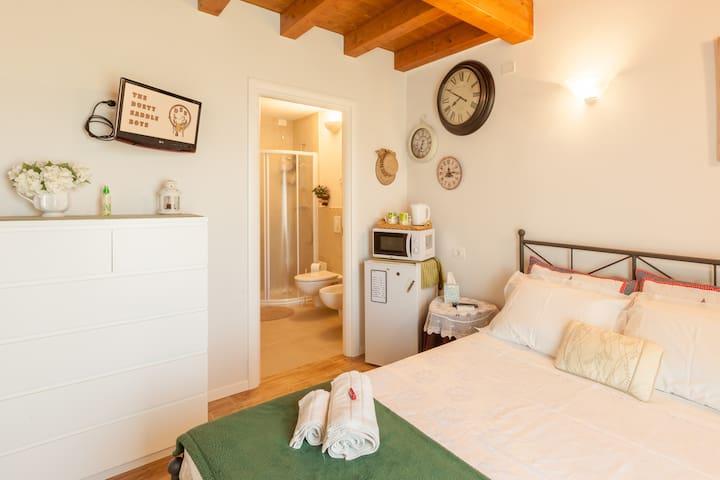 3 camere moderne e attrezzate  con  bagno privato
