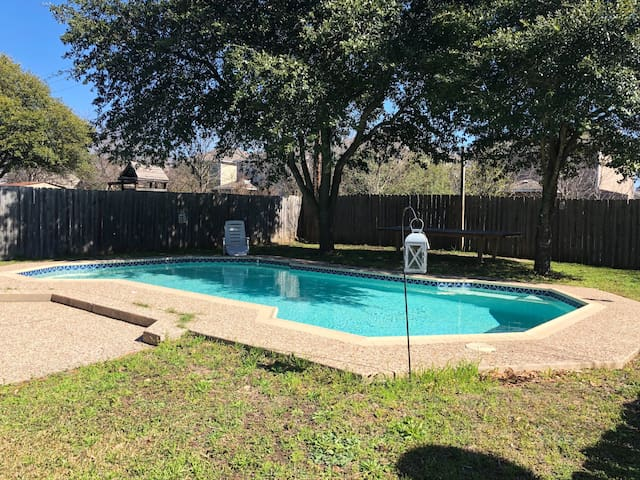GREAT LOCATION!!! Large open concept home w/pool!