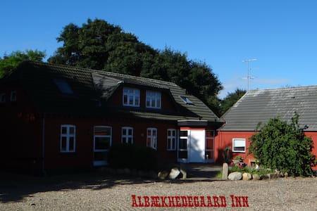 Albækhedegård Inn, Hyggeligt landsted - Kibæk