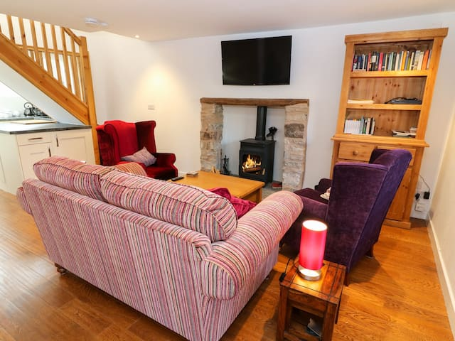LINDEN COTTAGE, family friendly in Ravenstonedale, Ref 993636