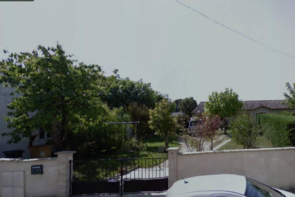 La maison est entourée d'un beau jardin fleuri sur une rue très calme