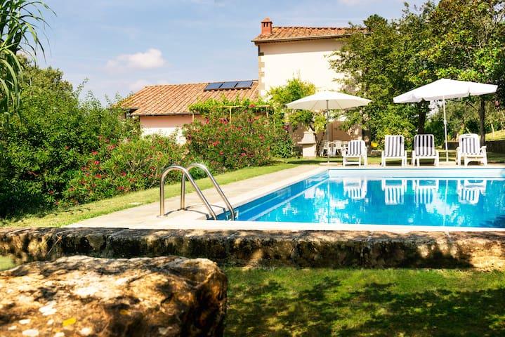 Appartamento in tipico podere toscano con piscina