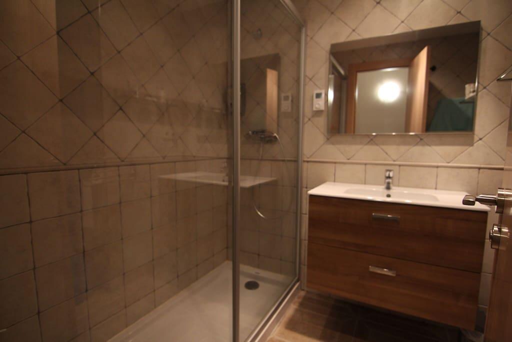 Salle de bain complète avec douche à l'italienne