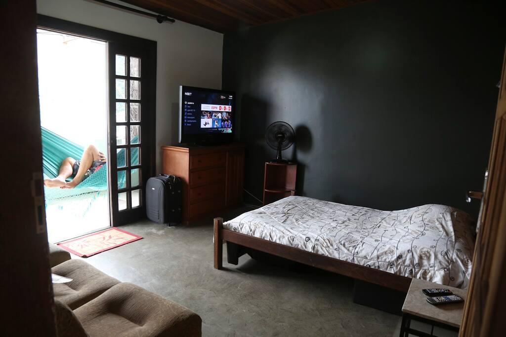 O quarto tem varanda de frente para a rua e vista panorâmica do Pão de Açúcar ao corcovado.