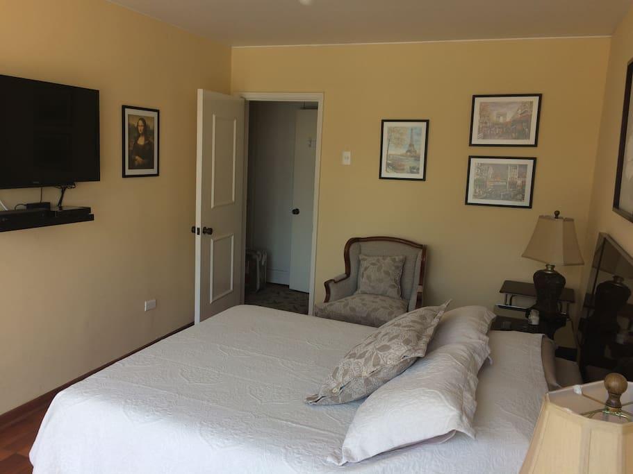 Amplio y acogedor dormitorio principal.