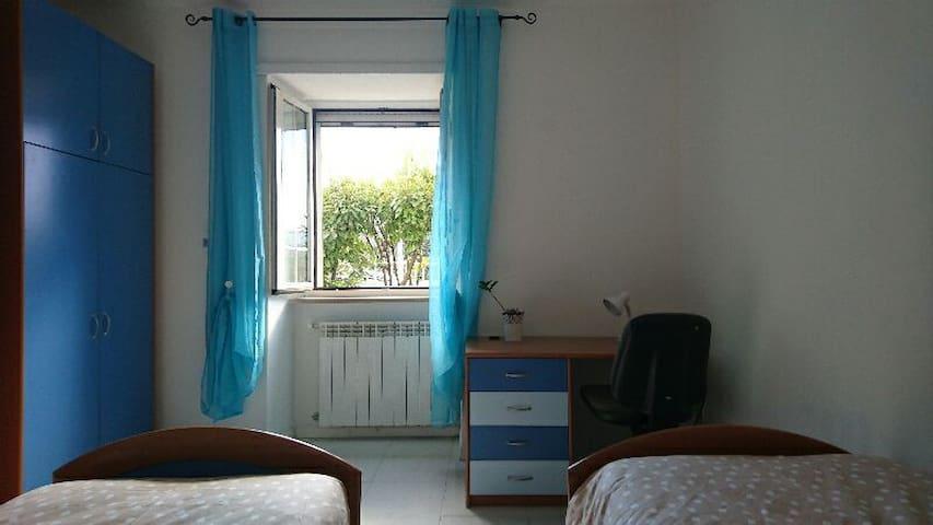 Accogliente camera con bagno - L'Aquila - Huis
