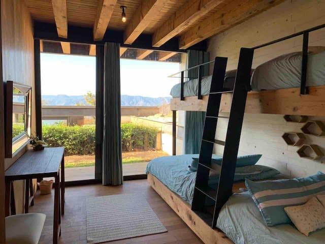 Cuarto turquesa con terraza dos camas matrimoniales y dos individuales en litera