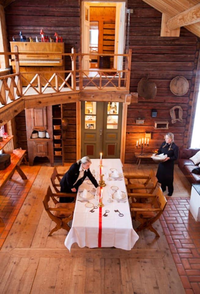 Matsalen, eller vardagsrum.   Det är 70 kvdratmeter  &  7 meter i takhöjd.  Stor öppen spis och rejäl kamin. Golvet är gamla breda trätiljor. Allt är uppvärmt med bergvärme. Det är ett magiskt rum Långbord för 20 personer i Zornstolar är lätt dukat.