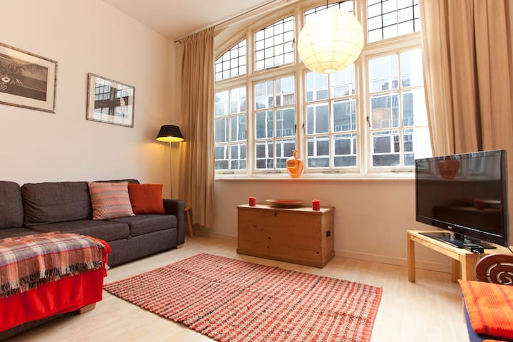 In it you will find on the first floor a comfortable sofa bed, large flat screen screen TV, unbelievably central.