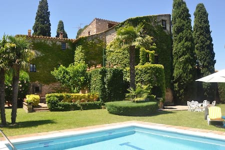 Magnificent rustic house with private pool in the small village of Taravaus.