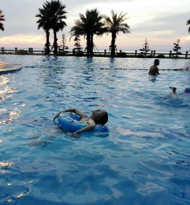 楼下付费游泳池