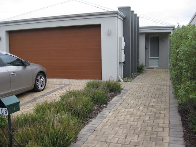 Easy living home close to the beach - Broadwater - House