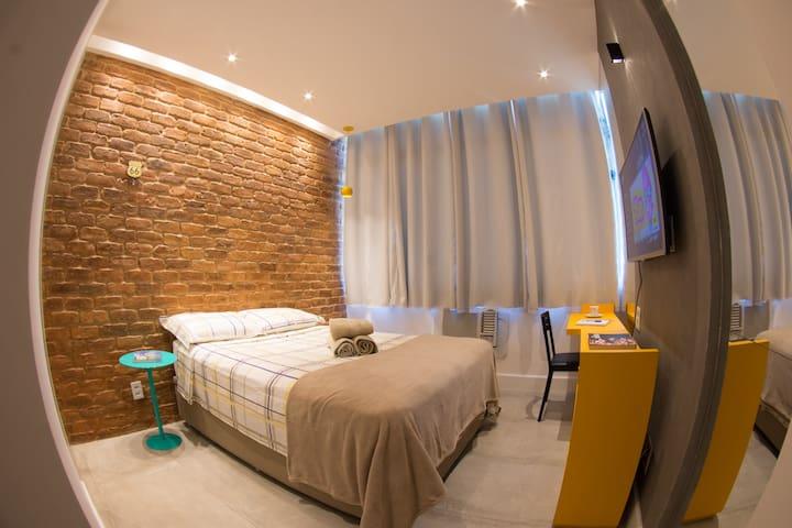 Quarto com decoração sem igual! Parede em tijolos de demolição - reais! Iluminação indireta valorizando a parede, além de toda iluminação em LED.