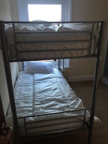 Clean tidy fresh room bunk beds - Portsmouth - Dům