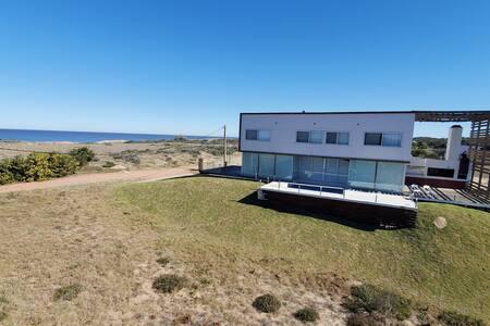 Casa en primera línea con vistas al mar