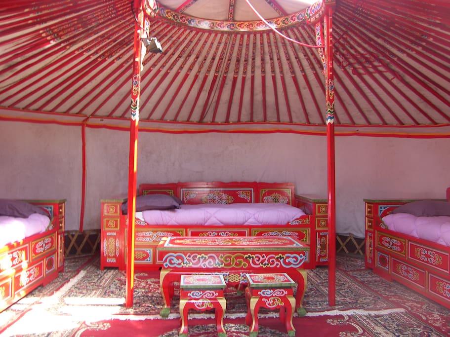 Campement nomade de yourtes yourtes louer angoisse for Campement a louer avec piscine