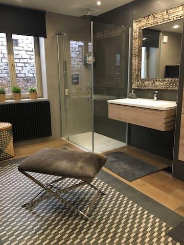Salle de bain privative et buanderie