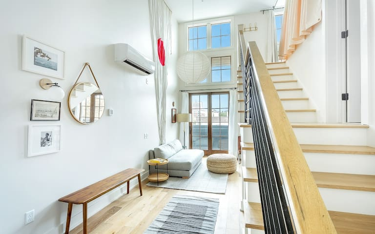 Flexible Deposit/Refund Policies:Loft Style Apartment w/ River Skyline Views