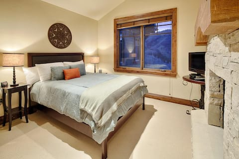 Charming Ski-in /Ski-out Condo, Silver Strike #701, with lodge amenities