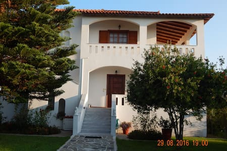 A luxury family villa near the sea - Kakovatos