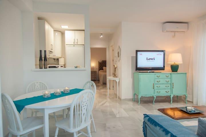 Coqueto apartamento con vistas al mar y piscina.