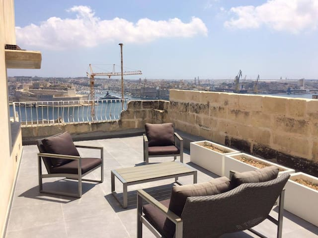 Duplex penthouse with grand harbour view valletta. - La Valette - Maison