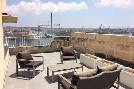 Duplex penthouse with grand harbour view valletta. - Valletta - Hus