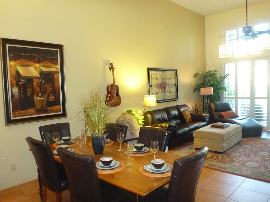 Comfortable living room with adjoining dining area that seats 6