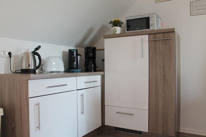 Wasserkocher, Toaster, Kaffee Kapselmaschine, Kaffee Filtermaschine und Mikrowelle vorhanden