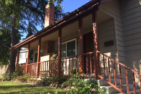 Redwood Manor: Private Room & Bathroom in Martinez