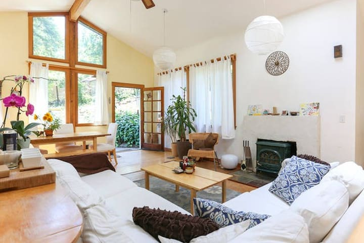 Private loft room in sunny, wooded West Marin home - Woodacre - Ev