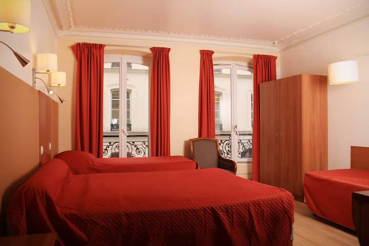 Quartier Latin. Room with WC, bath & shower, 27m²