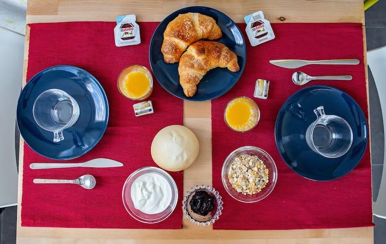 Per colazione:  brioches, pane fresco, yogurt naturale, confetture fatte in casa