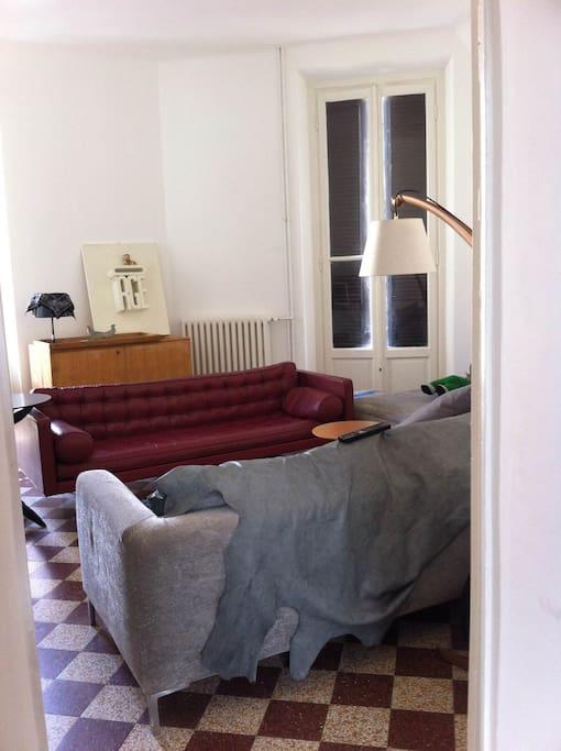 Questo è il soggiorno dove ci sono i miei libri che si possono consultare e si può guardare la televisione .