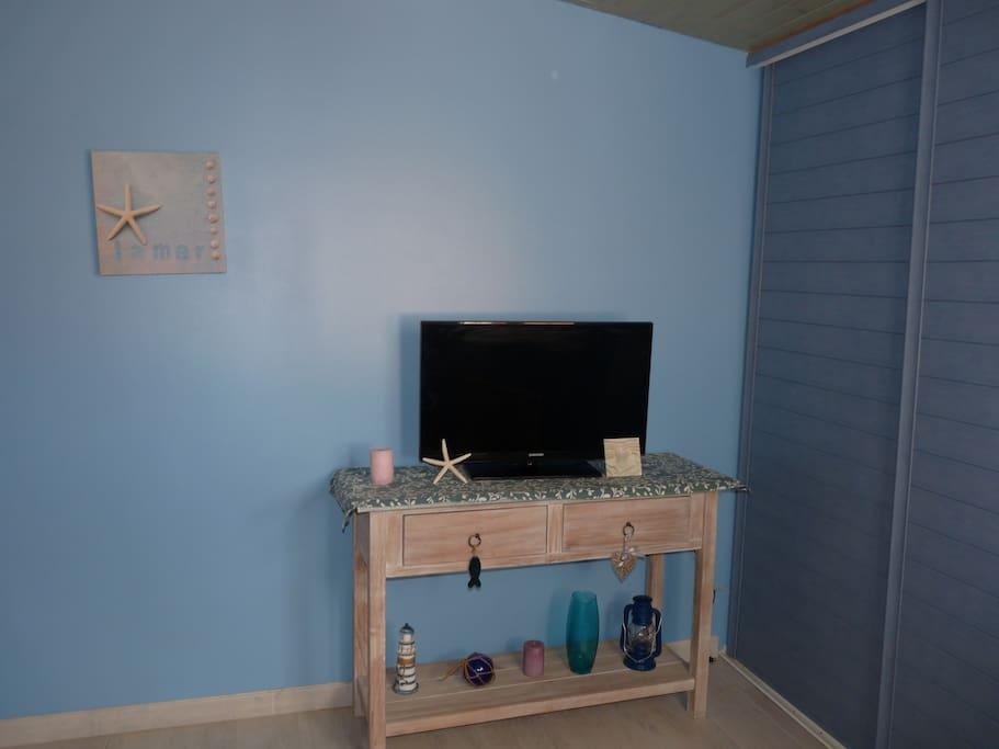 Chambre avec grand placard coulissant. télévision