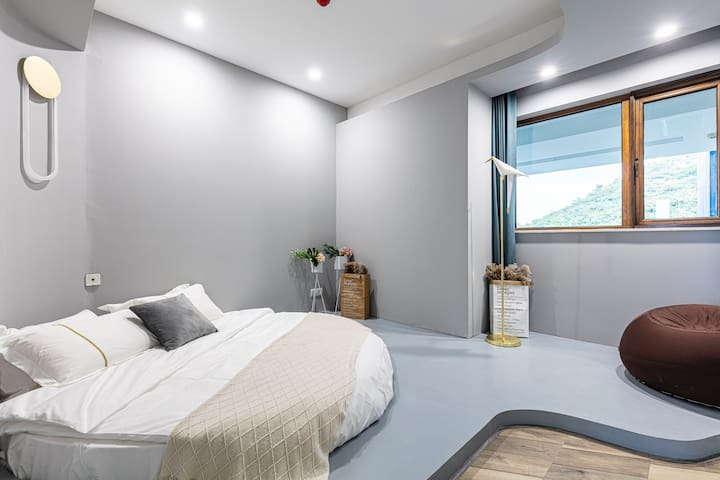"""【卧室】轻轻触摸卧室的""""汇河木门"""",惊诧它的巧夺天工的精湛和烤漆的质感,或许这就是传说中的""""人间天堂""""。"""