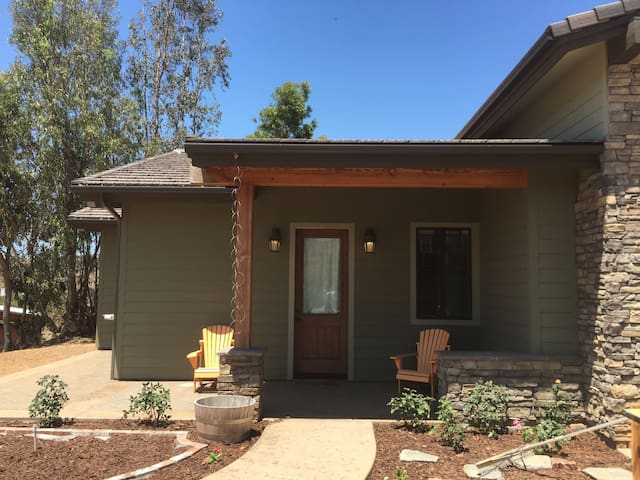 Private 2 bedroom apt in new craftsman ranch!