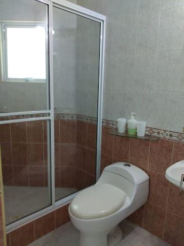 Dos baños en el primer piso