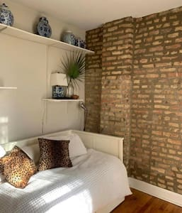 Treelined Vintage Private 1BR in Lincoln Park