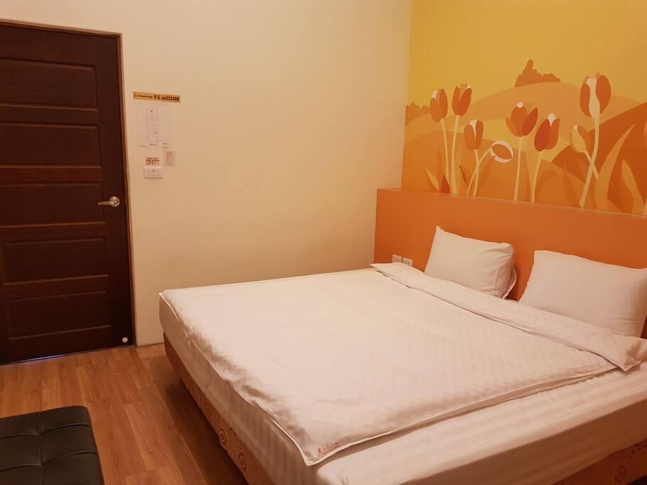 鬱金香主題彩繪背牆浪漫特色加大床鋪雙人套房。