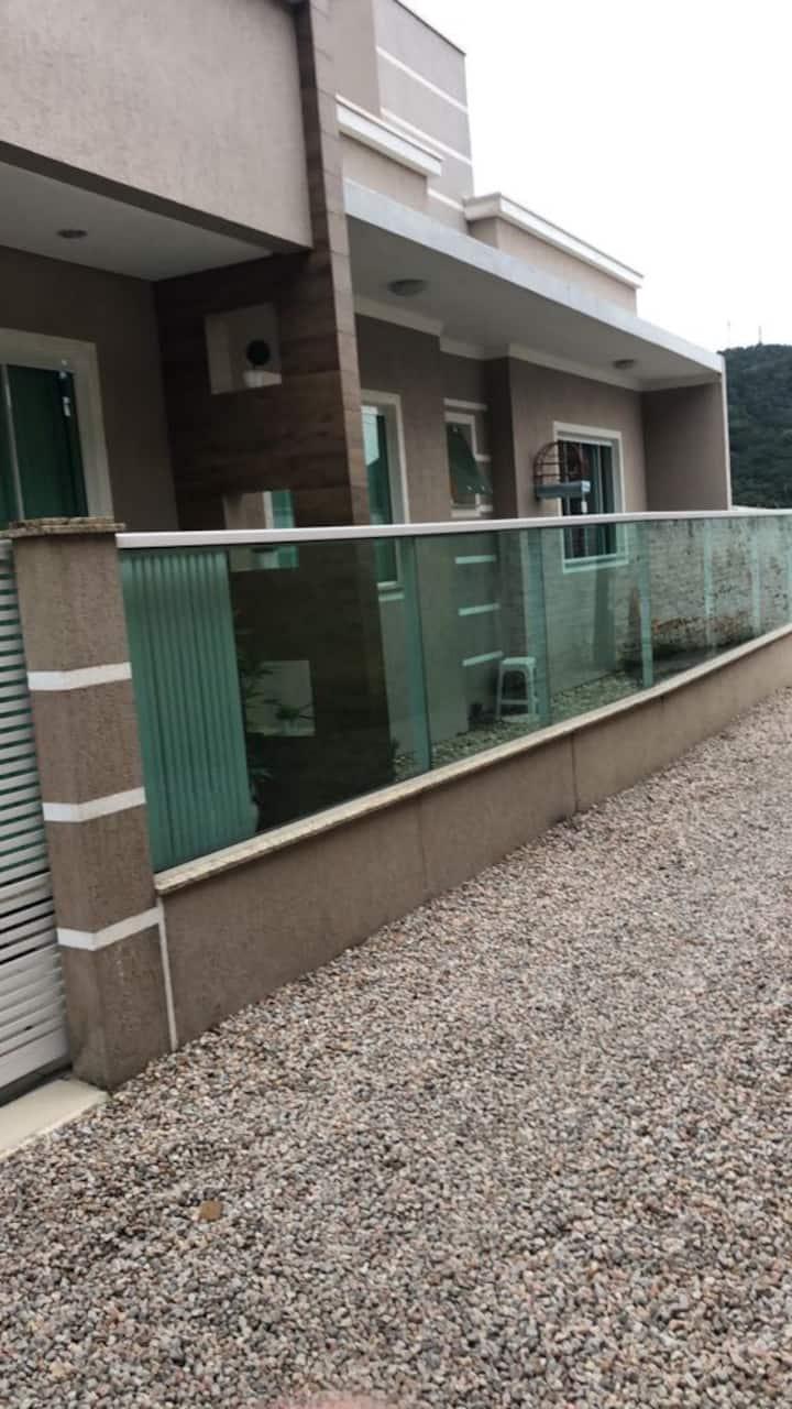 Casa com piscina 700 metros da praia