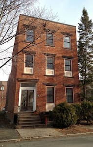 Downtown Brownstone-Lined Street - Troy - Appartamento